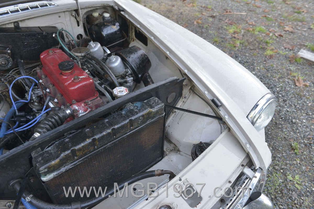 1967_MGB_GT_engine_034