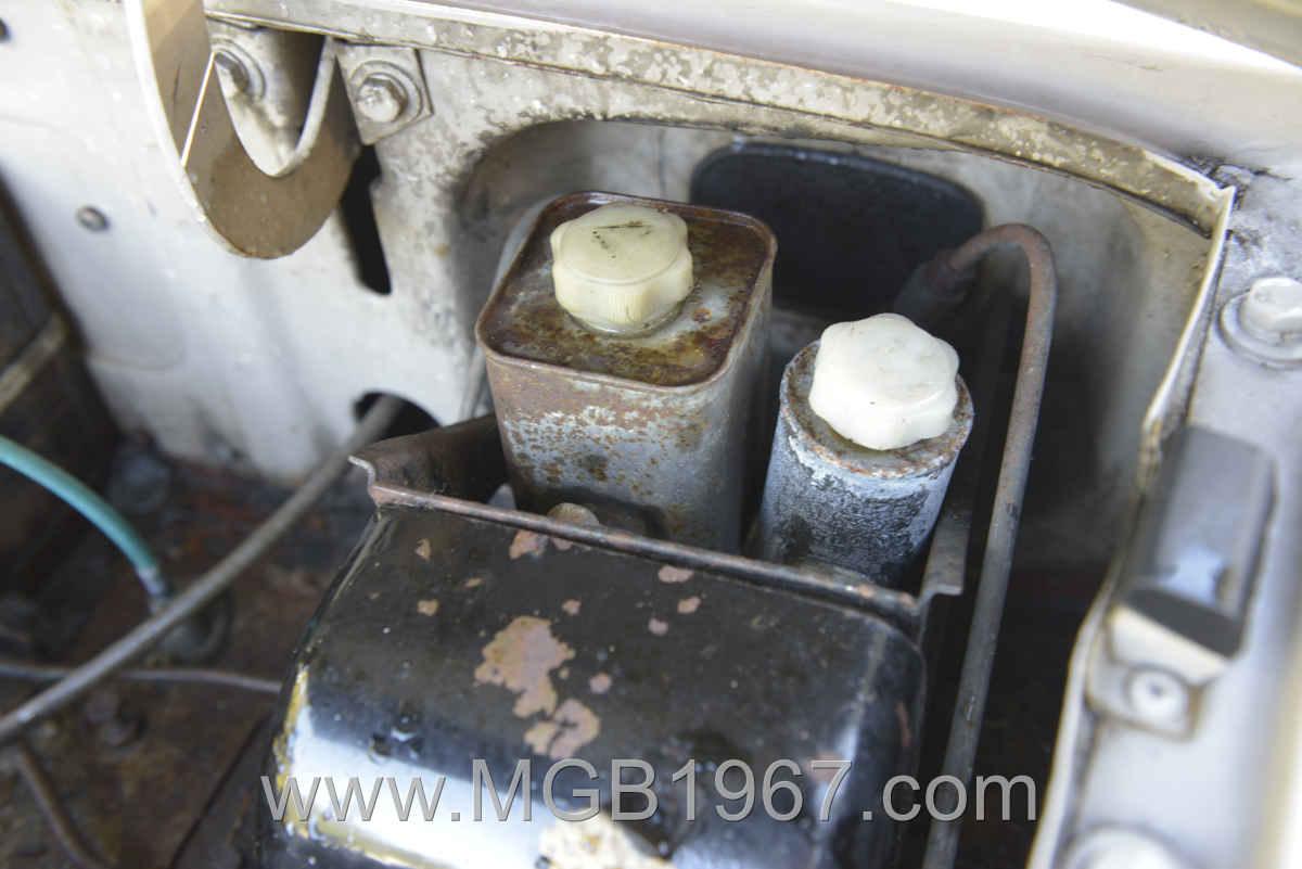 1967_MGB_GT_engine_047